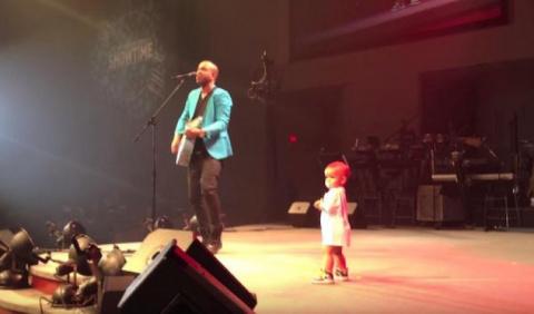 Малыш выбегает на сцену, что…