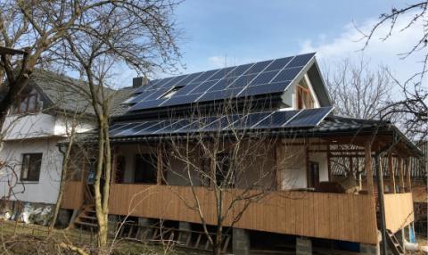 Как мы установили солнечные панели на доме из соломы