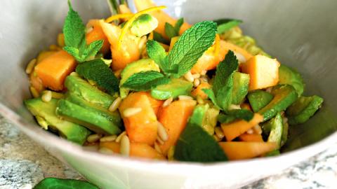 Салат из дыни, авокадо и оре…