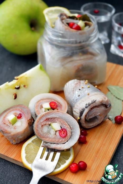 ЗАКУСОЧНЫЙ ДЕНЬ. Рольмопсы из сельди с яблоком и брусникой