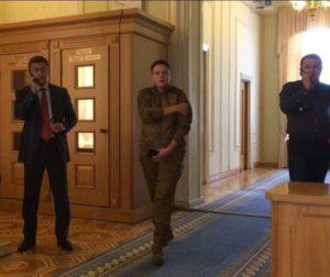 «Милитаристский угар» — Савченко явилась в Верховную раду в камуфляже
