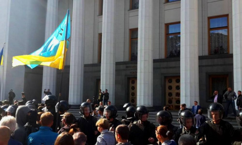 Митингующие заперли депутато…
