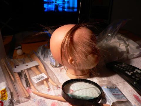 Начинаем рутинг, т.е. вживление волос. Используем натуральные волосы, или натуральный  мохер. Понадобятся иглы для фелтинга №36 и 42