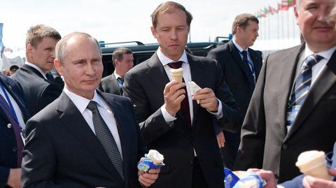 Путин угостил чиновников мороженым на МАКС-2017