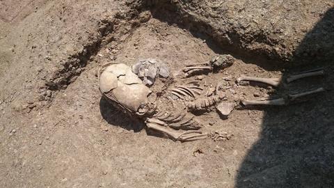 В Крыму нашли древнее захоронение маленького мальчика с сильно вытянутым черепом