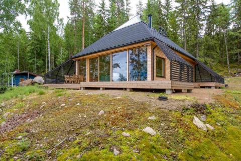 Необычный деревянный дом на …