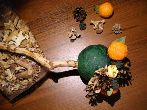апельсиново-шишковый топиарий