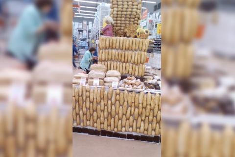 В магазине Ашан хлеб прибили гвоздями к полке