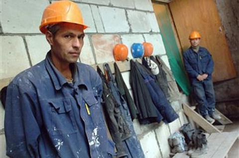 Какие герои? Украинцы строят…