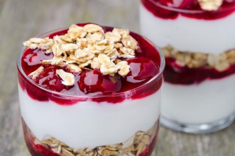 Йогурт с ягодами и мюсли