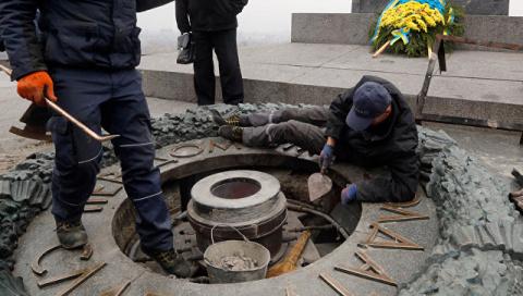 Вечный огонь в Киеве вандалы…