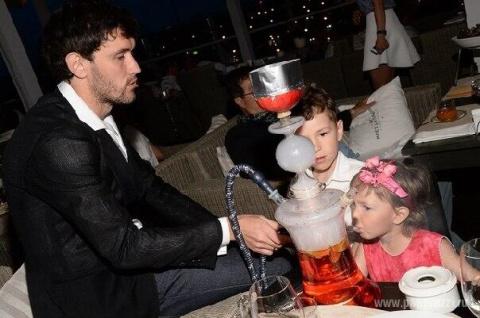 Футболист Жирков накуривает детей кальяном...