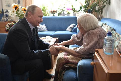 Президент приехал поздравить правозащитницу Алексеесу... Как к этому относиться?