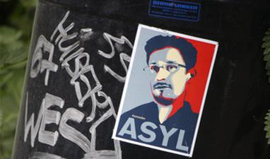 Сноудена оставили в России е…