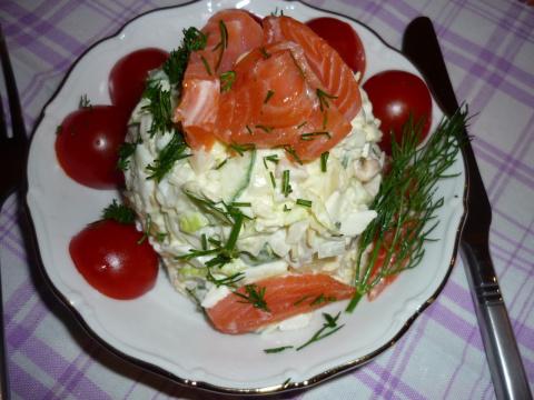 кальмары 3 шт,пекинская капуста,лук,свежий огурец,яйца,свежие помидоры и семга или форель слабосоленая,майонез