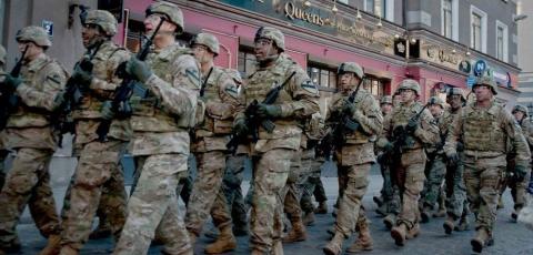 Танки уже некуда ставить: НАТО продолжает вооружать Прибалтику