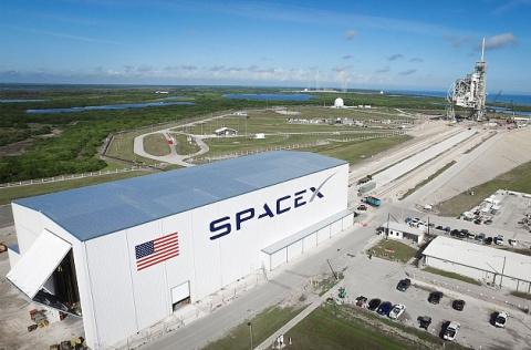 Работника SpaceX уволили за …