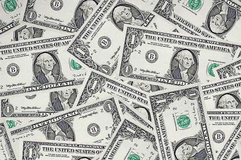 Курс доллара 23 января опустился до 56,47 рублей в ходе торгов на Московской бирже