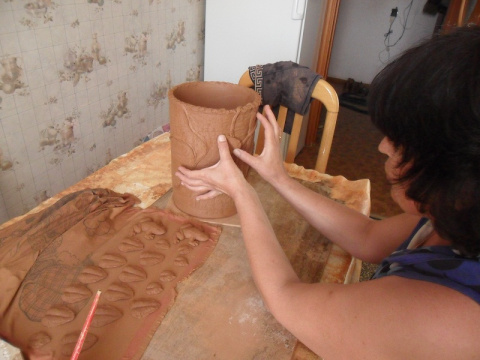 Слегка обтираем влажной губкой изделие полностью,как бы стряхивая лишние крупинки .