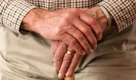 Пожилой джентльмен обращаетс…