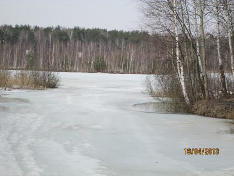 Слева озеро.