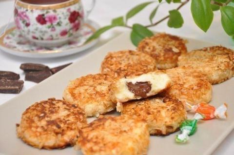 Сырники с шоколадной начинкой в панировке из овсяных хлопьев к завтраку