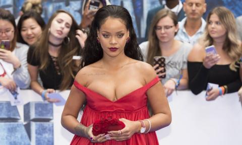 Пышный бюст и смелое декольте: Рианна вышла в свет в эффектном платье
