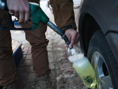 Почему на заправках нельзя заливать топливо в пластиковую тару