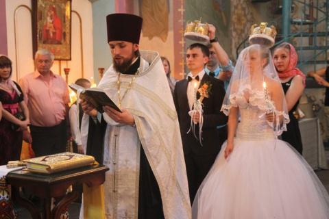 Стоит ли поставить знак равенства между венчанием и регистрацией брака?