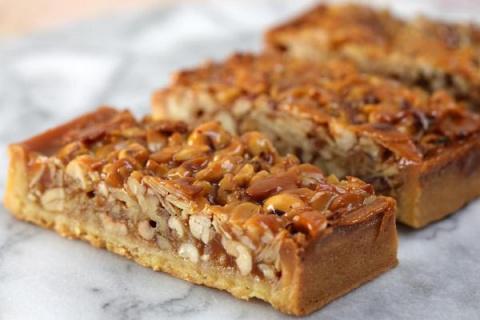 Орехово-карамельный сладкий пирог