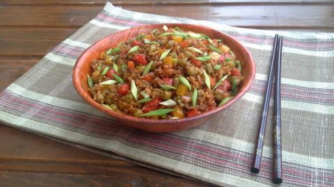 Жареный рис с овощами и имби…