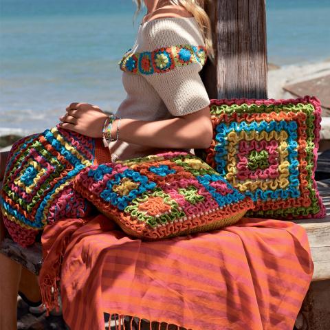 Подушки крючком с разноцветными рюшами