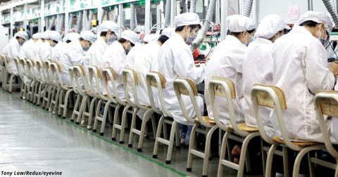 Вот как проходит жизнь китайцев, которые собирают для вас айфоны