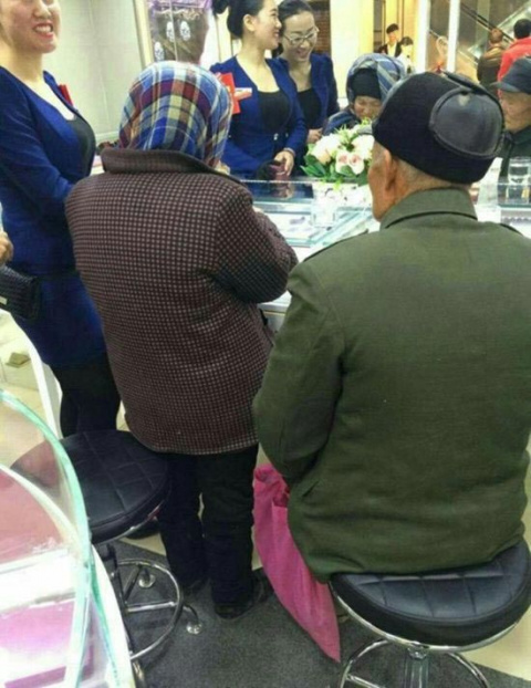 Эти дедушка и бабушка зашли …