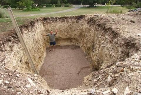 Соседи думали, что он копает яму под бассейн. Но оказалось еще интереснее!