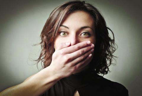 Почему женщина с закрытым рт…