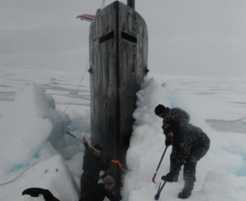 Застрявшая во льдах подлодка США