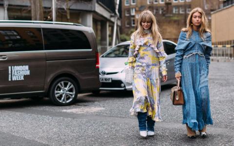 Платье поверх наряда. Звезды street style показали новый тренд на улицах Лондона