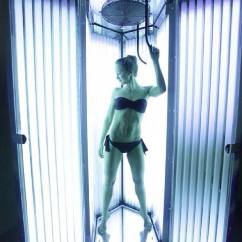 Как правильно загорать в солярии?