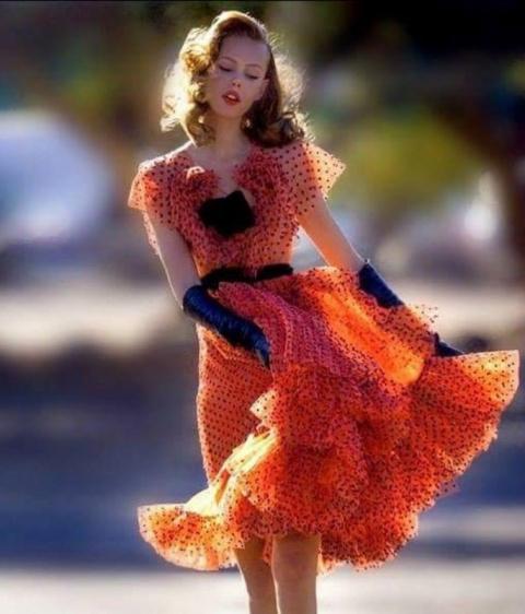 Минутка позитива: Хорошо одетая молодая женщина идет по улице...