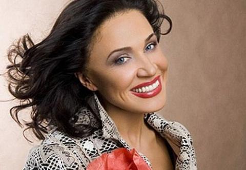 Пример для зрелых женщин — Надежда Бабкина на домашнем фото без макияжа