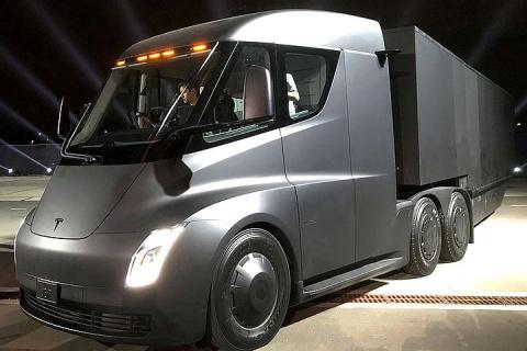 Электрический грузовик Tesla с автопилотом представил Илон Маск