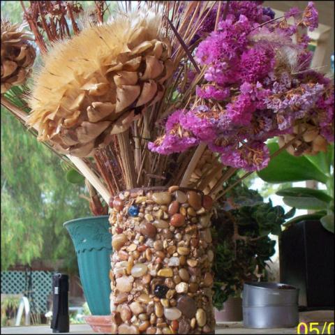 Мозаика морской галькой. Цветочные вазы из пластиковых и консервных банок