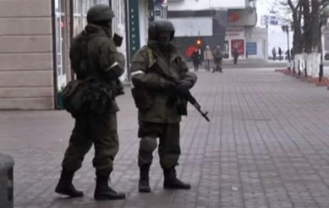 Центр Луганска оцепили воору…