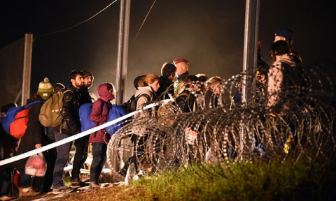 Министр обороны Болгарии предложил отбиваться от мигрантов оружием