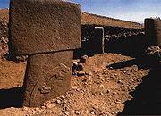 Подпись:  Один из камней храмового комплекса с рельефным рисунком