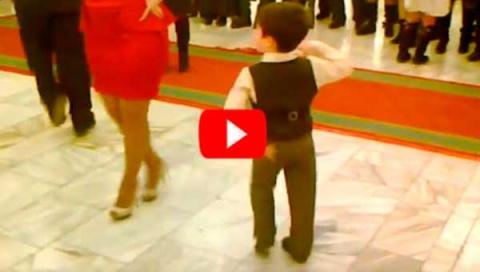 Этот малыш пригласил девушку на танец и буквально взорвал танцпол
