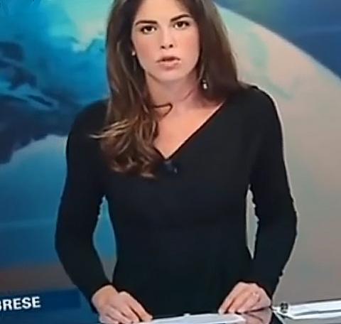 Телеведущая в прямом эфире показала зрителям, что у нее под юбкой