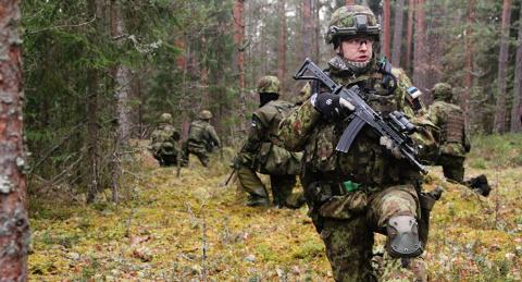 Военные НАТО заняли казармы эстонских солдат, призывников расселят по палаткам