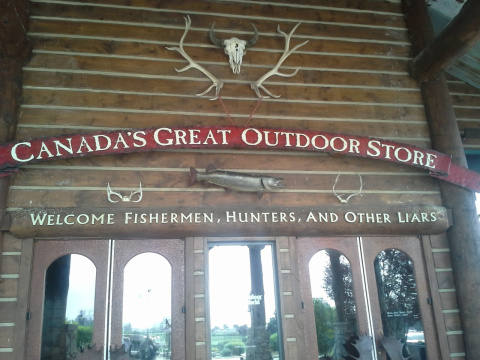 рыбацкий магазин . надпись : добро пожаловать рыбаки , охотники и другие врунишки ..